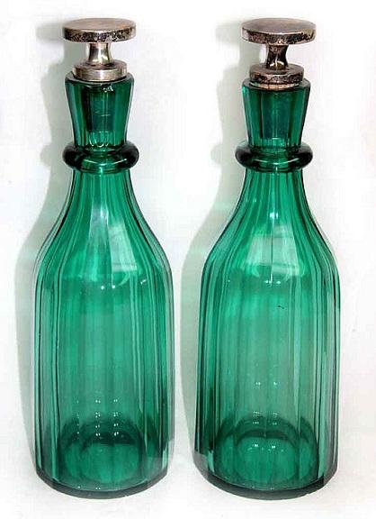 фото антикварной бутылки из зеленого стекла