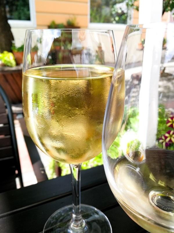 фото вина Шабли в бокале