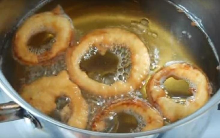 Луковые кольца к пиву в кляре и только в муке: простой рецепт - Как сделать в домашних условиях