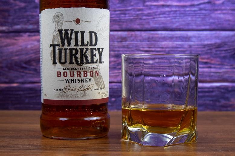 фото бурбона Wild Turkey в бокале