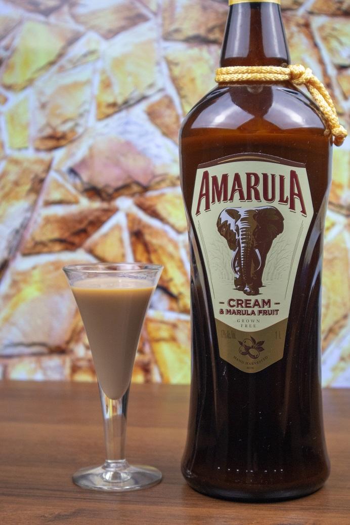 фото ликера Амарула в бутылке и стопке