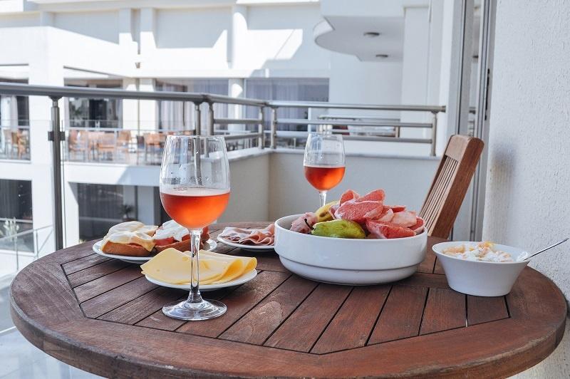 фото кипрского вина коммандария в бокале