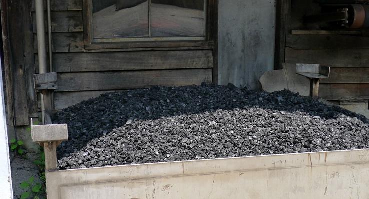 фото кленового угля для фильтрации виски из Теннесси