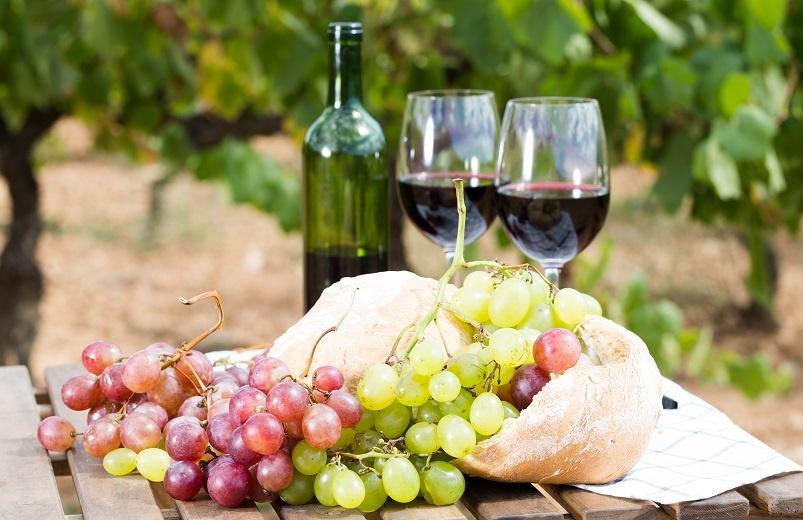 фото красного вина апсны в бокале