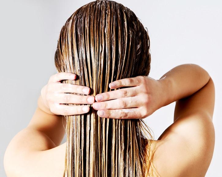 нанесение маски с водкой на волосы