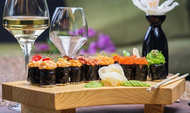 фото суши и белого вина совиньон блан