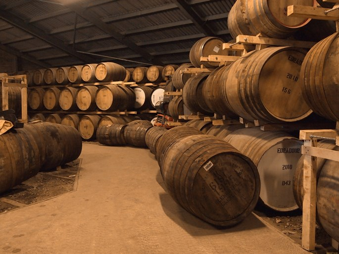 этап выдержки виски в бочках