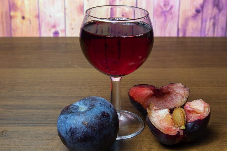 фото вина из слив с косточками