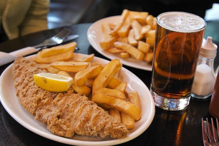 фото жареной рыбы, картошки фри и пива