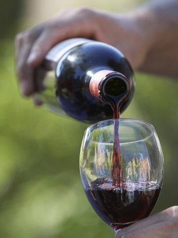 фото как наливают вино барбера
