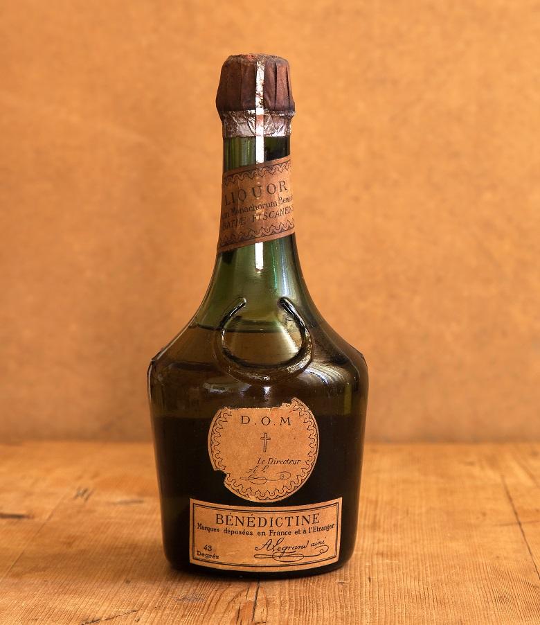 старая бутылка ликера Бенедектин