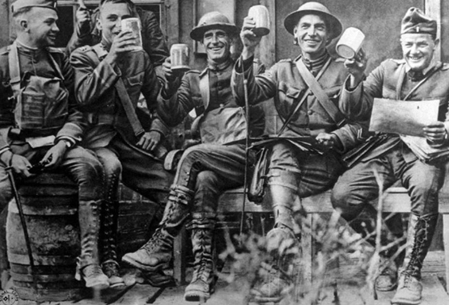 фото британских солдат, пьющих пиво