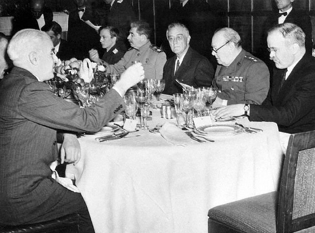 фото Сталина, Черчилля и Рузвельта, которые пьют коньяк