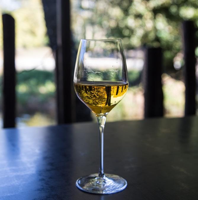 фото золотистого вина токай
