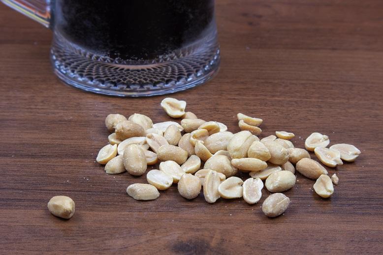 фото темного пива портер с орешками