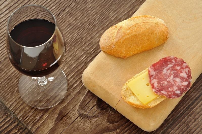 фото чем закусывать вино кларет