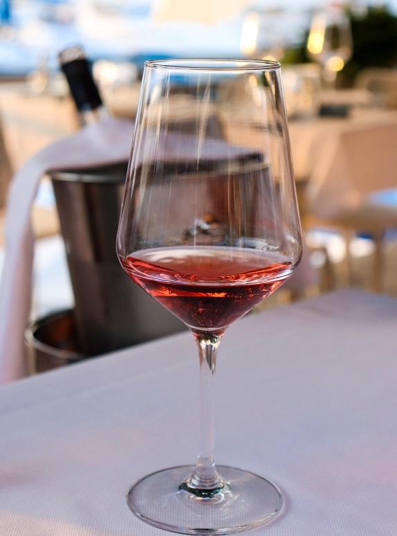 фото красного вина кларет в бокале
