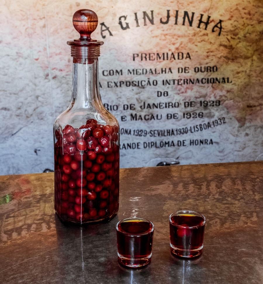 бутылка ликера Жинжинья