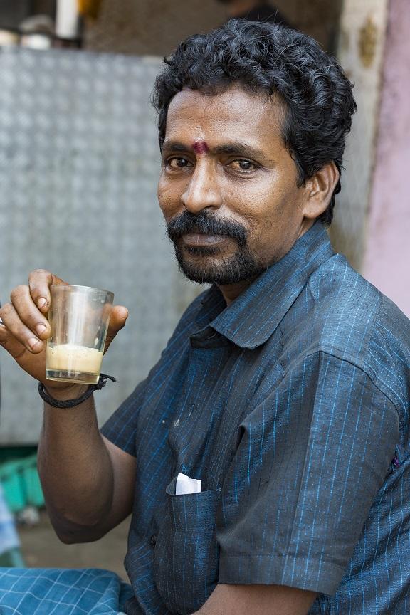 фото индийца, пьющего дешевый алкоголь