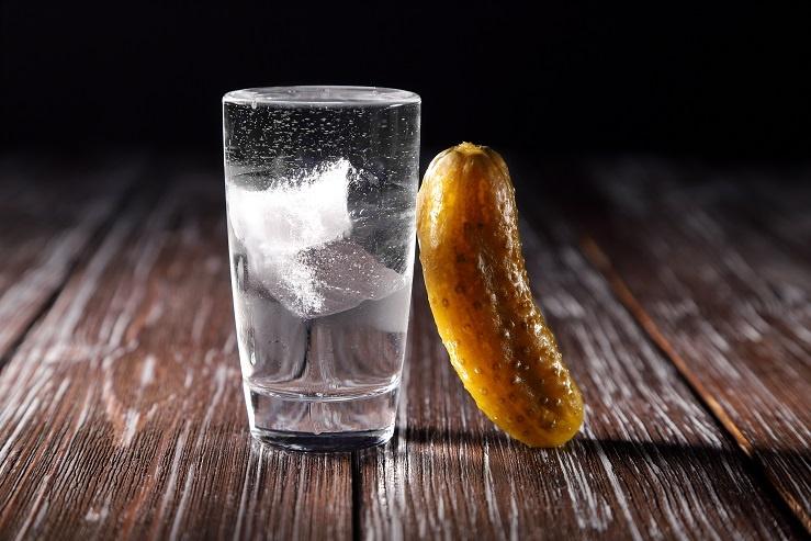 водка со льдом и огурцом