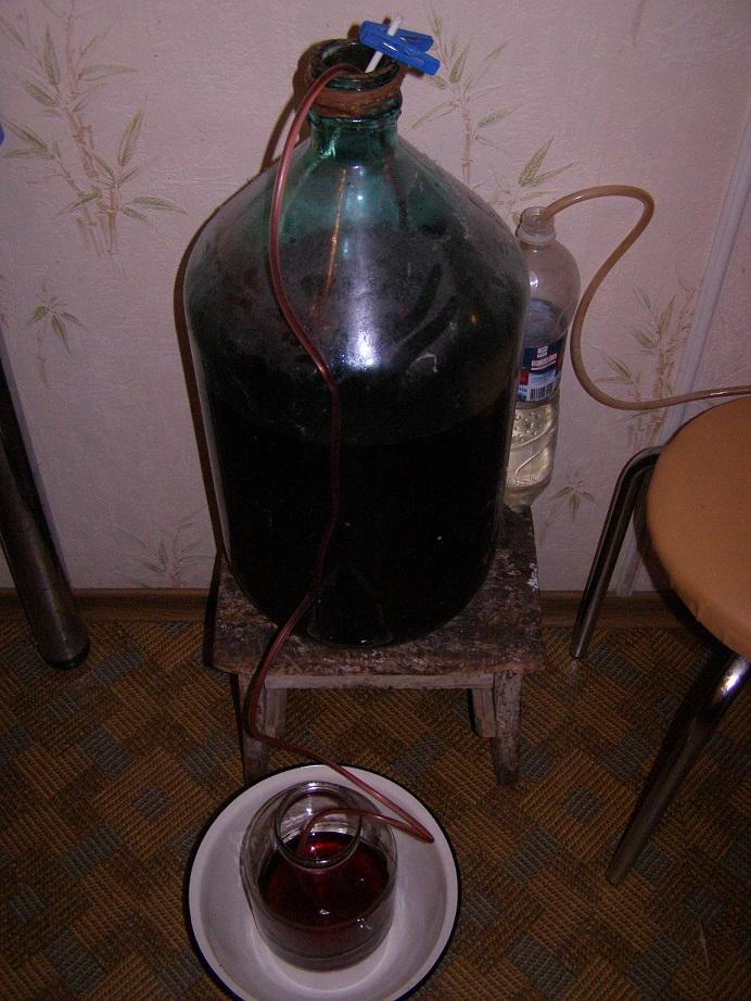 фото как сливать с осадка домашнее вино