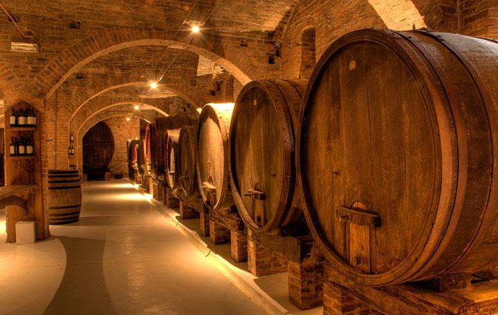 фото выдержки виски в бочках в подвале
