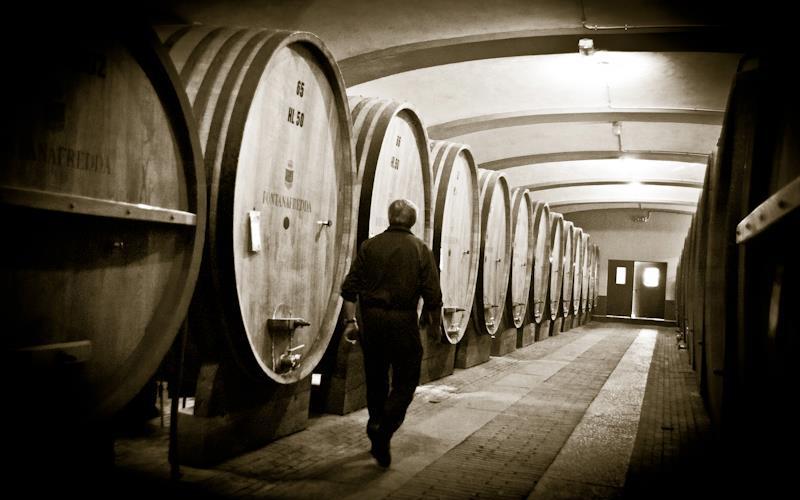 фото как выдерживают вино Бароло