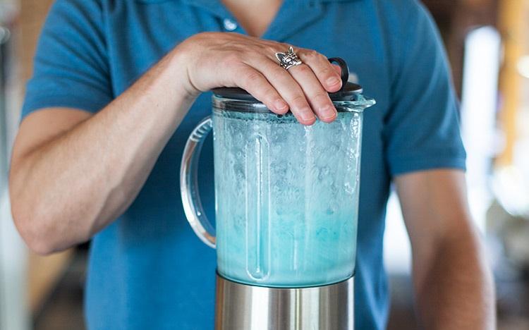фото процесса приготовления коктейля в блендере