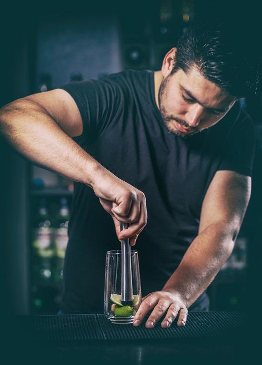 приготовлние коктейля методом Маддлинг