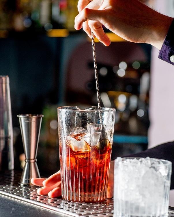 приготовлние коктейля методом Стир