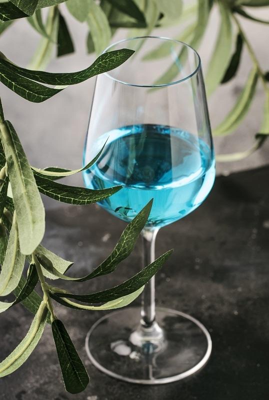 фото голубого вина в бокале