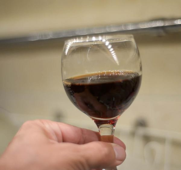 фото греческого вина мавродафни в бокале