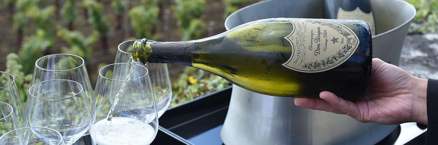 фото как правильно наливать шампанское Дом Периньон