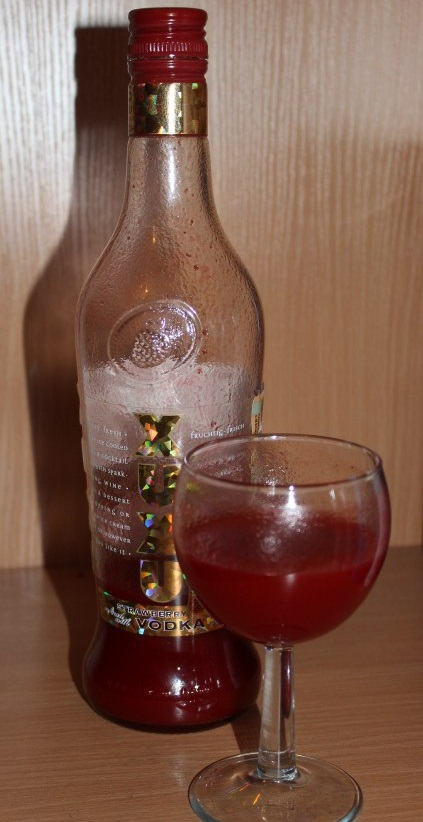 фото клубничного ликера Ксю-Ксю