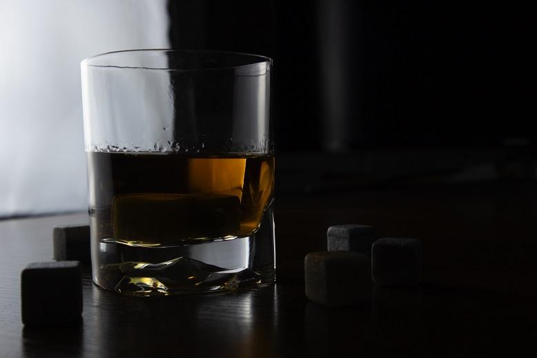 фото бокала виски на темном фоне