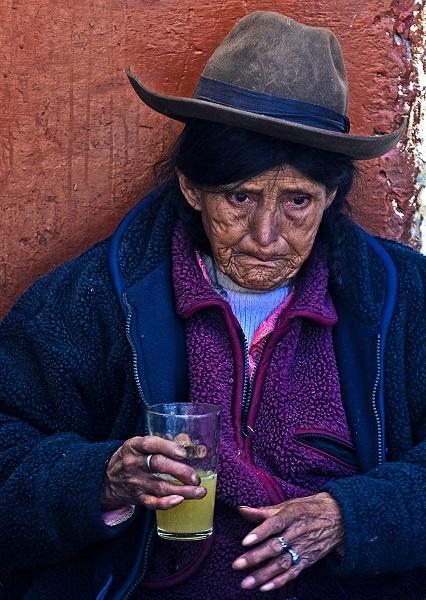 перуанка пьет чичу