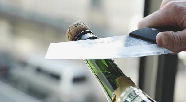 фото как открыть шампанское ножом если сломалась пробка