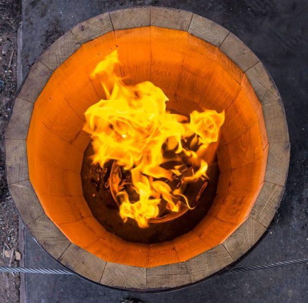 фото процесса обжига бочки