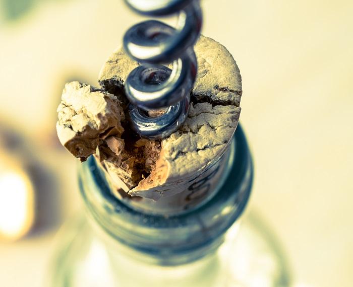 фото как открыть шампанское если сломалась пробка