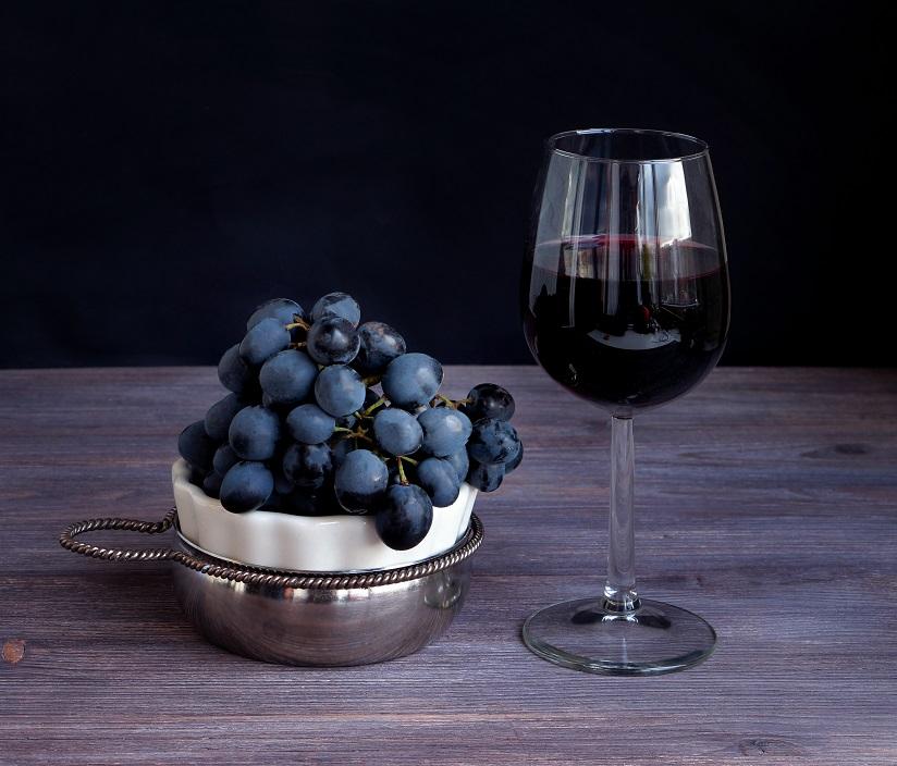 фото красного вина Сира в бокале