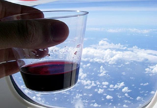 фото вина в салоне самолета