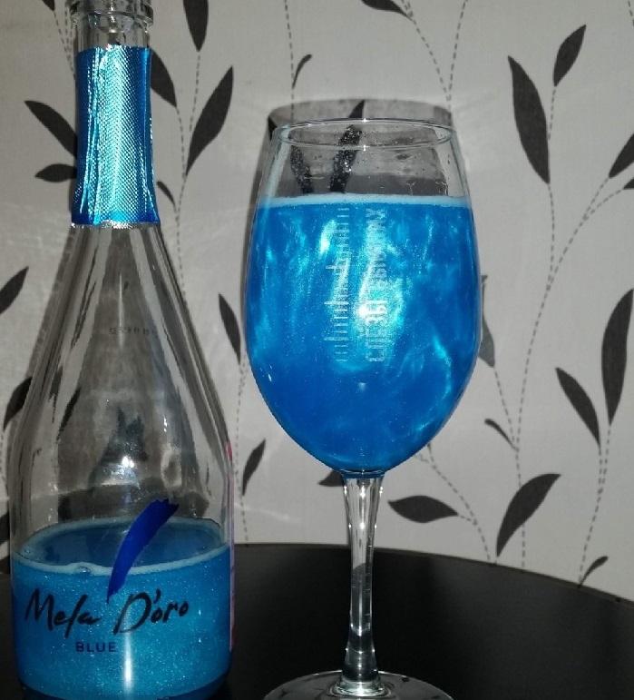 фото бокала голубого шампанского Мела Доро