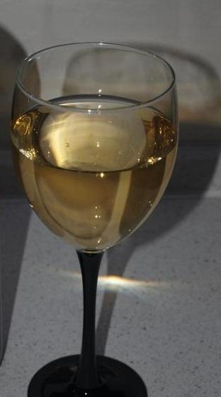 фото грузинского белого сухого вина Цинандали в бокале
