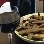 фото красного вина на дубовой щепе