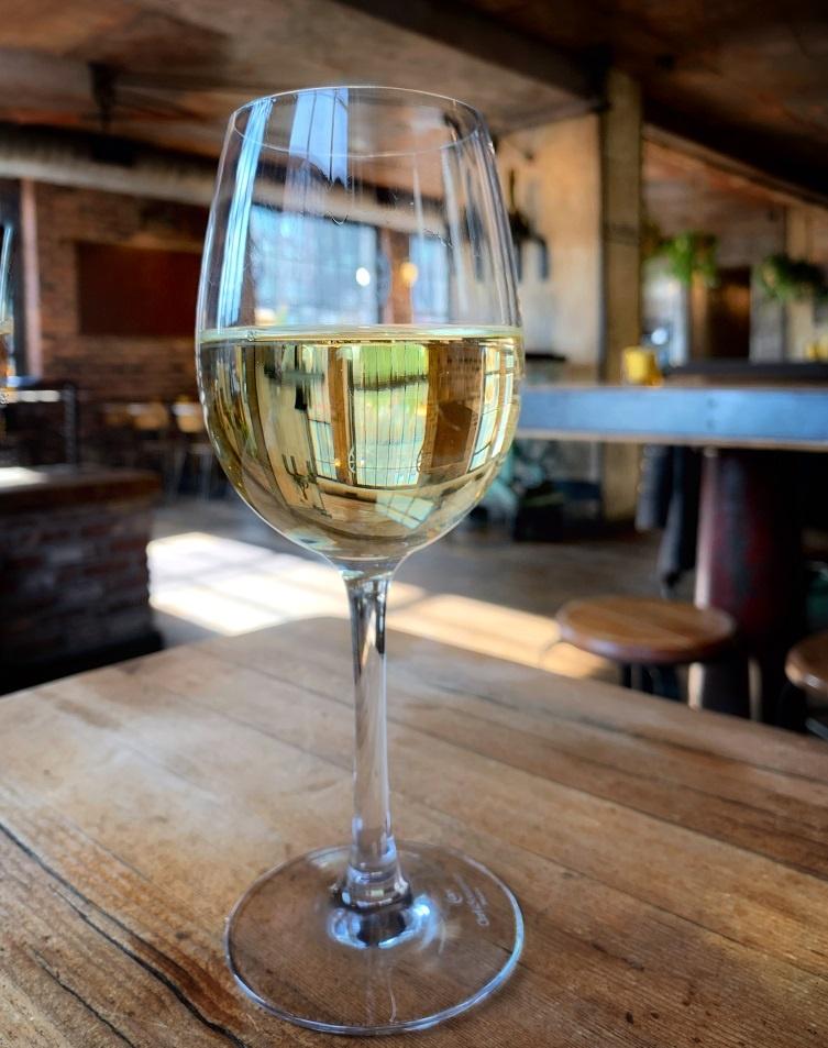 фото белого вина Пино Блан в бокале