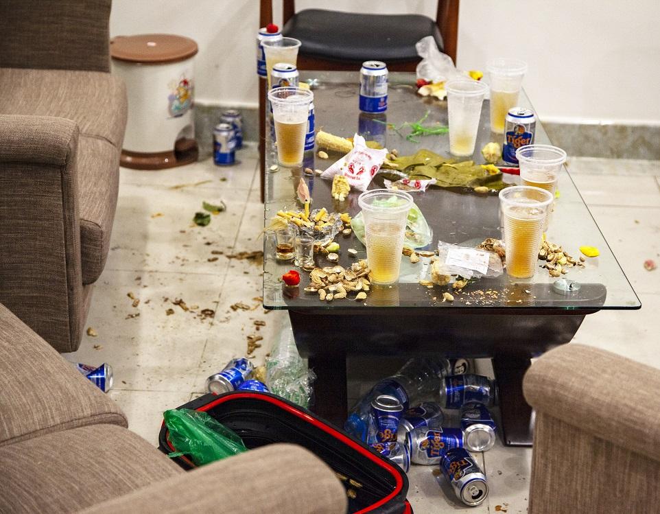 зачем убирают пустые бутылки со стола