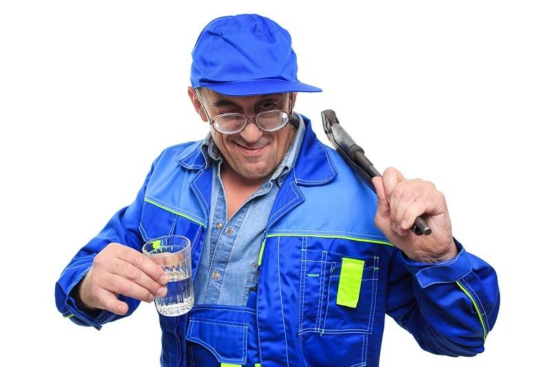 сантехник и стакан водки