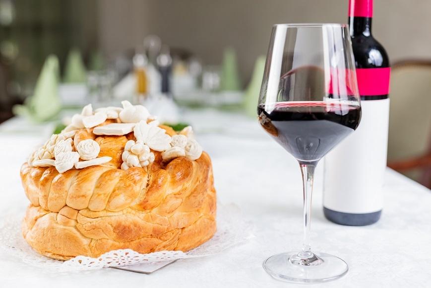 фото сербского вина и хлеба