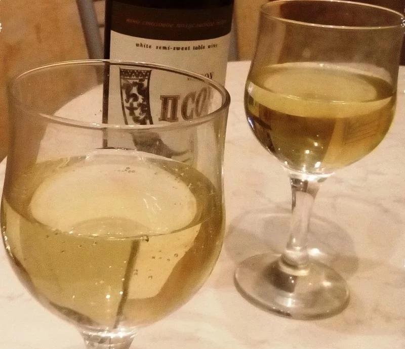 вино Псоу в бокале