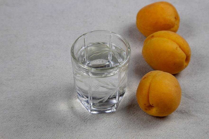 прозрачный бренди из абрикос